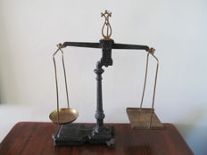 Beautiful cast iron scales with brass bowls, crowning of a lyre motif - Belgium - ca. 1910