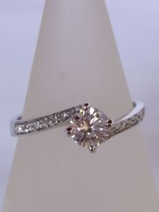 Solitaire ring with brilliant cut diamonds, 0.46 ct, colour I, clarity VS; and 0.06 ct, colour J, clarity VS, for a total of 0.52 ct