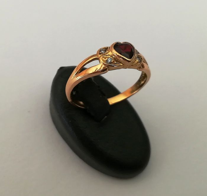 19.2 kt gold – Gold ring with garnet gemstone, 2.6 g total weight
