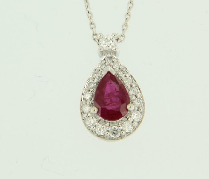 18 kt White gold necklace with a white gold pendant set with a central 1.00 ct pear shaped ruby and 17 brilliant cut diamonds of approx. 0.21 ct in total, necklace length 42 cm