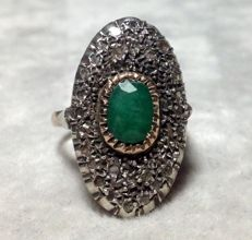 Ring in 14 kt gold with emerald and diamonds, 0.90 ct. Size 18.