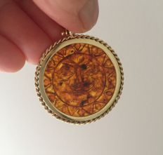 Pendant in natural amber and 18 ct yellow gold.