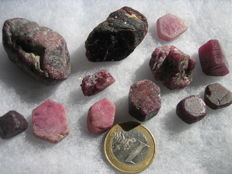 Lot with ruby crystals - 617,50ct (12)