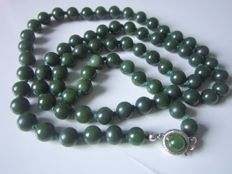 Vintage jade pearls nephrite necklace in spinach green colours, 65.3 grams