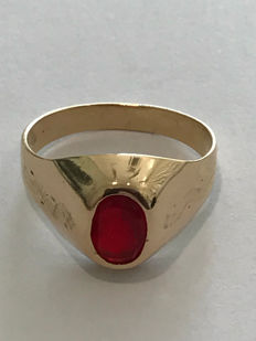 Chevalier ring in 18 kt gold with simulated red gemstone, size: 17 mm