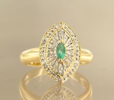 18 kt bi-colour gold marquise ring set with a central emerald and 10 single cut diamonds, approx. 0.04 carat in total - ring size 17.5 (55)