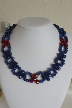 Necklace with rubies and sapphires, with an 18 kt gold clasp -  Necklace length: 46 cm