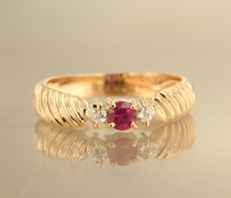 18 kt rose gold ring set with ruby and 2 brilliant cut diamonds of approx. 0.06 ct in total, ring size 16.5 (52)
