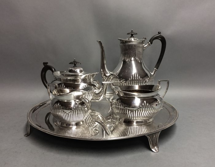 Very beautiful silver plated tea- and coffee set on a round serving tray, Elkington, England, ca 1880