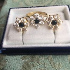 Flower shaped 18 kt golden earrings and ring - Ring size 20 mm - Earrings size 4 mm
