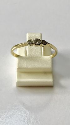 14 kt gold ring with 3 brilliant cut diamonds. Approx. 0.10 ct in total, ring size: 17¼ (54)