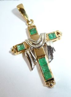 A cross pendant in 18 kt / 750 gold with emeralds Italy **No reserve price**