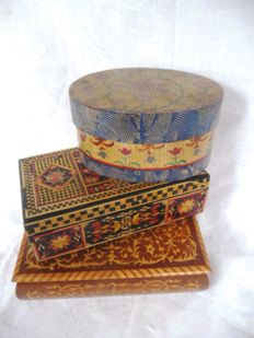 Three boxes: one with the most elaborate marquetry, one old hand-painted chip box, one with straw marquetry