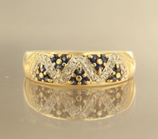 18 kt bicolour gold ring set with brilliant cut sapphire and 19 brilliant cut diamonds, approx. 0.25 ct in total – ring size 20 (62)