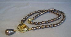 14 kt necklace with natural citrine (12 ct) with yellow-brown cultured pearls