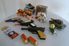 Misc. brands / countries - Several dimensions - Lot with 16 pieces tin toys, 1960s/80s