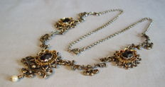 Antique necklace with large garnet roses of approx. 15ct in total.