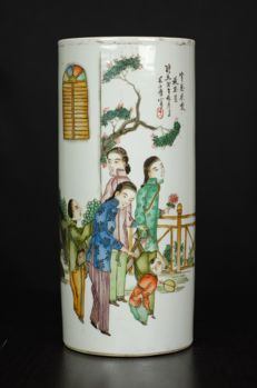 Porcelain hatstand with figures - China - approx. 1910-1930 (republic period)