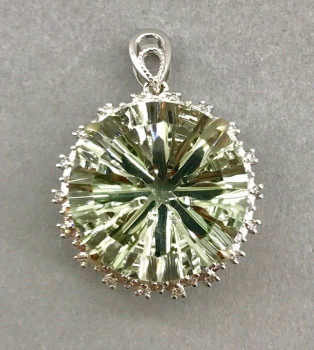 13.75 ct Prasiolite (green amethyst) pendant surrounded with 54 diamonds 0.32 ct - 14kt gold