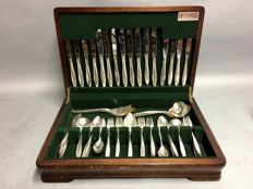 Silver plated cutlery for 8 people, classic design, in wooden crate, total of 80 pieces, ca. 1925