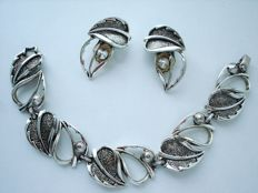 Vintage (1970s) - Signed & pat.pend - Modernist Necklace - Double leaves silver tone links Set = Bracelet + Earrings