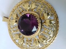 14 K vintage brooch in gold floral openwork setting set with Amethyst