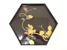 Fine lacquer ware ('urushi') hexagonal tray with cherry blossoms pattern - Japan - Mid 20th century