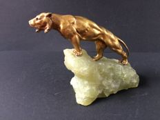 Lion made of bronze on a mountain quartz pedestal - Art Deco sculpture