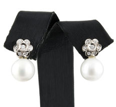 18 kt (750/000) white gold flower-shaped earrings with 0.30 ct of diamonds and South Sea pearls of 11 mm