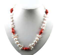 Yellow gold, 750/1000 (18 kt) – Necklace – Coral – Freshwater pearls – Necklace length: 55 cm (approx.) – Helm clasp.