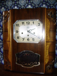 Beautiful chiming clock with two melodies, made of cherry and walnut wood. In very good condition and working. Years 1950–1960
