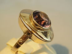 An Art Deco ring with faceted amethyst in 8 karat rose gold