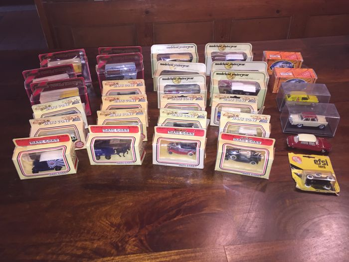 Lledo / Dinky Toys - Scale 1/43-1/76 - Lot with 30 original model cars, 13 day's gone van lledo, 11 models of yesteryear, 4 by norev, 1 dinky toy and 1 efsi