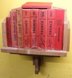 Guide Michelin; Lot with 9 books in an oak, wall mounted, book rack - 1900/1969