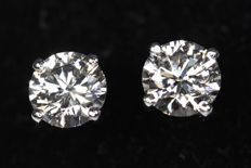 18 kt white gold ear studs with diamonds, 1.04 ct in total