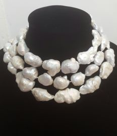 Long necklace composed of freshwater cultured pearls -- Length: 124 cm -- XL pearls measuring 35 to 19 mm