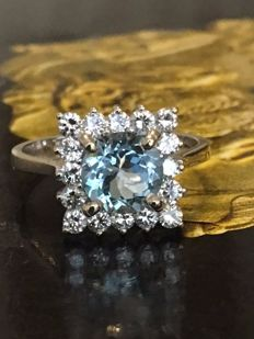 18 kt white gold entourage ring with an Aquamarine of approx. 1.20 ct and diamonds of approx. 0.64 ct G/VS