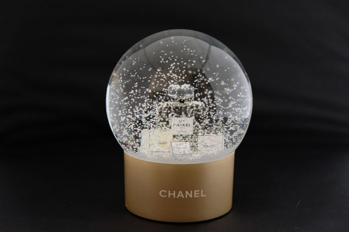 Chanel glass snowball new with its original