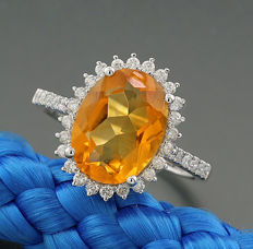 Citrine and brilliant ring totalling 4.13 ct, an orange-coloured citrine, oval-faceted, 750 white gold – ring width: 56 --no reserve price--