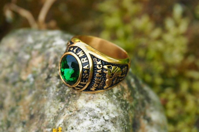 "United States Army US ""Wolfpack"" ring - Gold plated green brilliant cut stone - 20th century"