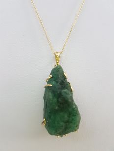 18ct yellow gold necklace with handmade pendant with 60 ct emerald and 0.10 ct diamond. 45 cm.