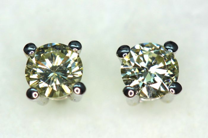 c92521135 18 kt White gold stud earrings with diamonds of approx. 0.50 ct in total ...