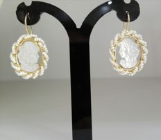 Earrings in gold with mother-of-pearl cameo. Handmade.