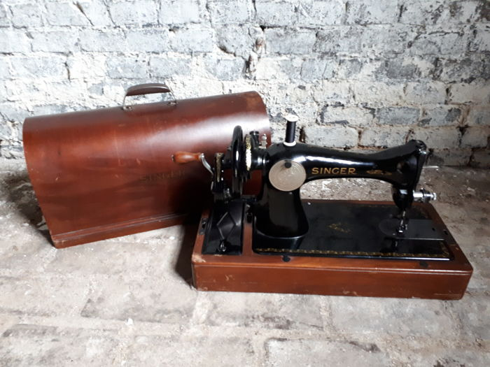 Very beautiful Singer 15 sewing machine from 1945
