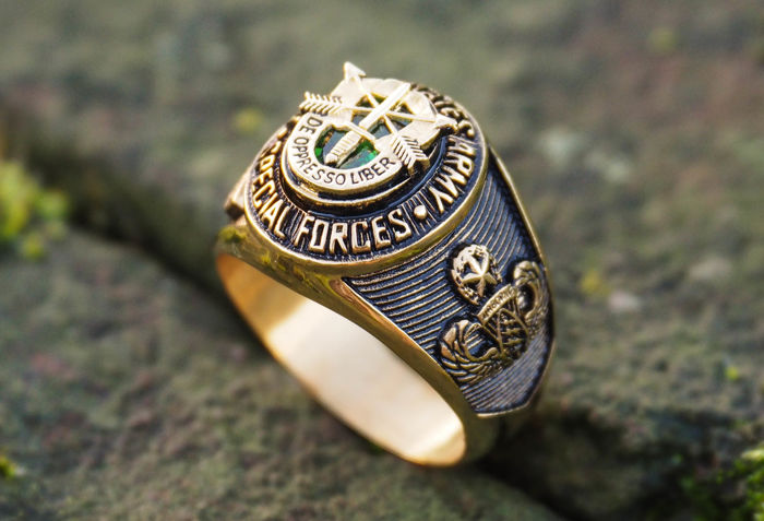 US - SPECIAL FORCES green beret - gold plated military ring - late 20th century
