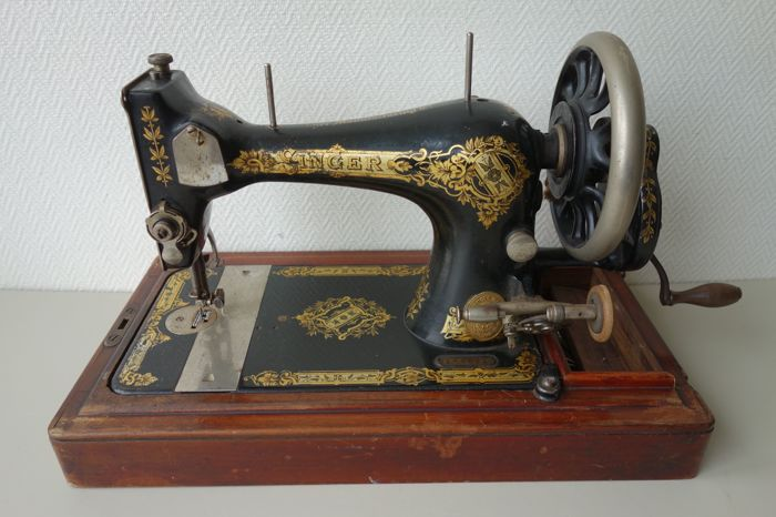 Antique Singer 27 hand operated sewing machine with case and accessories, from 1907