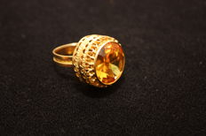 750 women's ring made of yellow gold with gold topaz