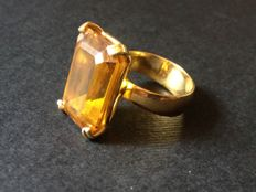 18 kt yellow gold ring (750/1000) with synthetic emerald cut amber. Ring size 6 ( +/- 16.5 mm)