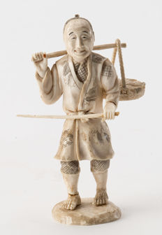 Antique okimono in ivory - fisherman with walking stick, holding a fish tray on the back - Japan - 1868-1912 (Meiji period)