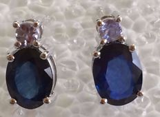 14 kt White gold  sapphire earrings set with a single stone, size 9 x 7 mm